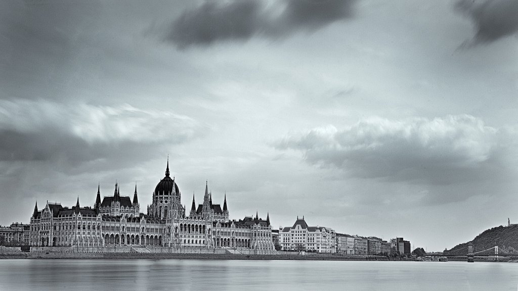 parlament-bw-1.jpg